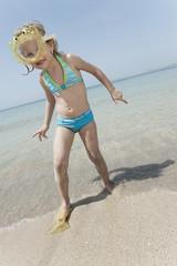 Spanien,Mallorca,Mädchen (4-5) am Strand tragen Taucherbrillen,Portrait