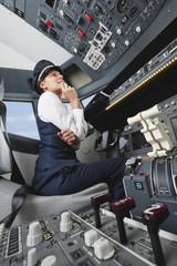 Deutschland,Bayern,München,Frau Flugkapitän Pilotierung Flugzeug von Flugzeug-Cockpit