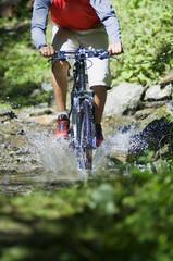 Mountainbiker überquert Wasser