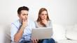 Junges Paar grübelt am Computer