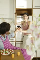 Junges Paar Toasten Weingläser in der Küche,Frau lächelnd
