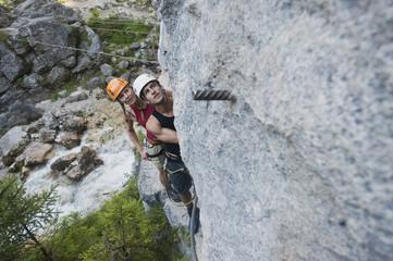 Österreich , Ramsau , Silberkarklamm , Junges Paar steht auf Felsen, blickte