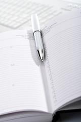 Kugelschreiber und Notizbuch