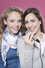 Mädchen mit Mikrofon,lächelnd