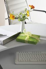 Office- Szene mit Blumen Vase,Geschenk- Paket-und Tastatur auf dem Desktop