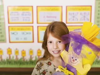Mädchen (6-7 ) hält Schultüte,Lächeln,Porträt,Nahaufnahme