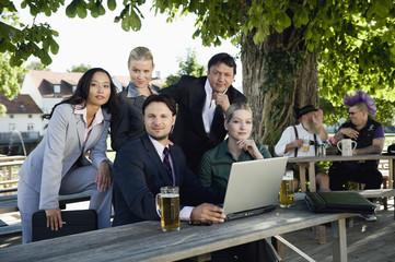 Deutschland,Bayern,Oberbayern,Junge Geschäftsleute im Biergarten,Portrait