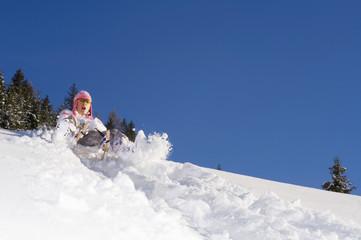 Frau Rodelt in den Bergen