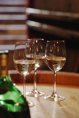 Weißwein Flasche und Gläser auf Weinfass