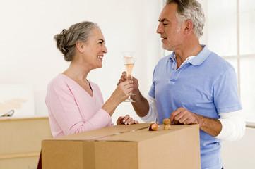 Älteres Paar mit Champagner- Gläser,lächelnd