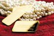 canvas print picture - Perlen und Goldbarren auf Velvetstoff