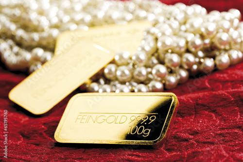 canvas print picture Perlen und Goldbarren auf Velvetstoff