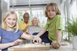 Großeltern und Enkelkinder (8-9) in der Küche,Portrait