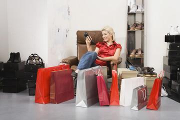 Junge Frau beim Einkaufen für Schuhe