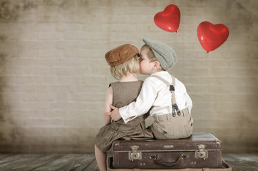 Junge küsst ein Mädchen