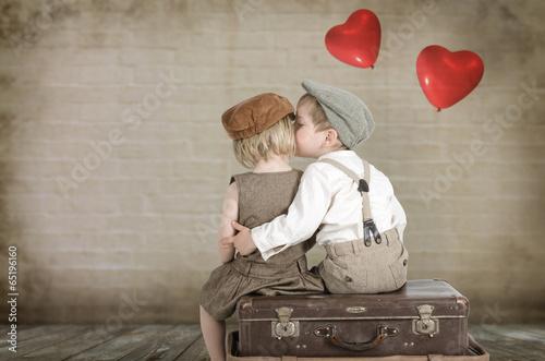Leinwanddruck Bild Junge küsst ein Mädchen