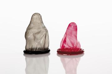 Kondom auf weißem Hintergrund