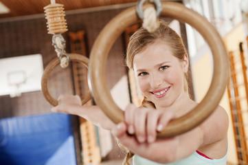 Deutschland,Emmering,Mädchen (12-13) halten fliegende Ringe und lächelnd,Porträt