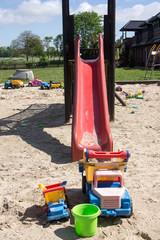 Sandkasten mit Rutsche