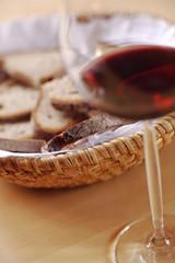 Brotkorb und ein Glas Wein