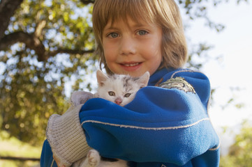 Junge (4-5) hält Kätzchen , Portrait