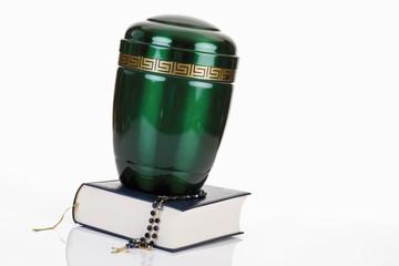 Feuerbestattung Urne mit Bibel und Rosenkranz