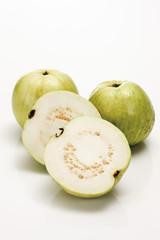 Guava Früchte ( Guave ), zwei Hälften im Vordergrund