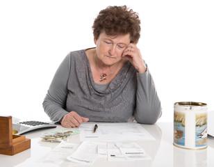 Armut im Alter - ältere Frau isoliert rechnet ihr Geld zusammen
