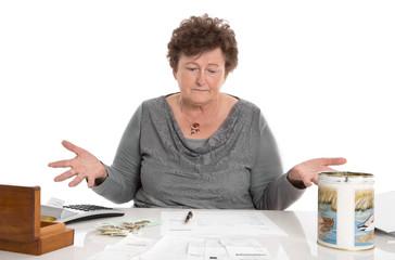 Alte Frau isoliert hat Geldsorgen
