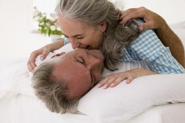Ältere Paare,die im Bett,close-up