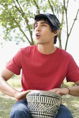 Junger Mann spielt das Schlagzeug,Portrait