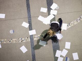 Frau in Halle Abholung Papiere