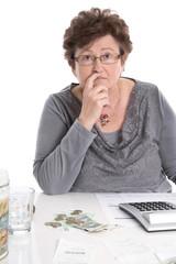 Verzweifelte alte Frau - Geld Konzept für knappe Rente