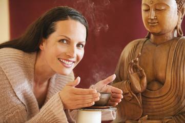 Porträt einer Frau,Buddha-Statue im Hintergrund