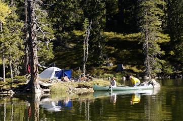 Mann und Frau, Camping auf der kleinen Insel