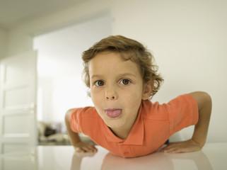 Portrait des jungen Jungen (4-5),die Zunge kleben