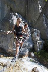 Österreich , Ramsau , Silberkarklamm , Junges Paar zu Fuß auf Seil, Wegschauen