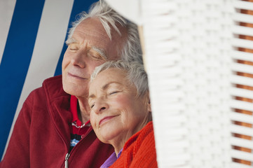 Deutschland,Nordsee,St.Peter-Ording,älteres Paar ruht auf Strandkorb,close-up