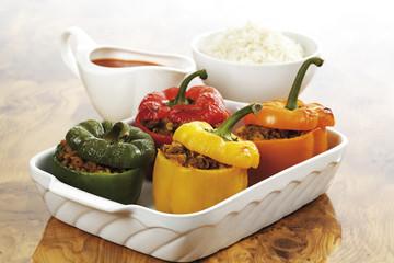 Paprikaschote mit Hackfleisch , Reis und Soße im Hintergrund gefüllt