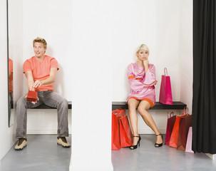 Paar im Ladenbau Zimmer