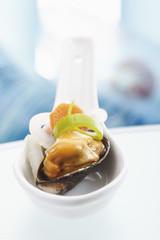 Porzellanlöffel mit Muschel öffnete mit gemischten Gemüse, Nahaufnahme