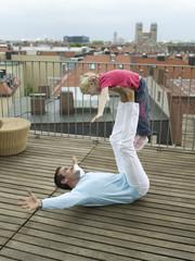 Vater Ausgleich Tochter auf Füßen