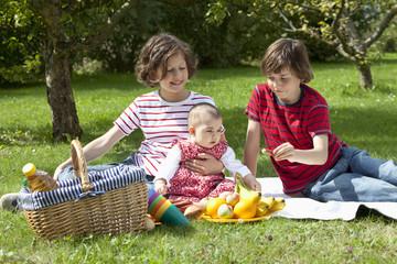Kinder mit Picknick