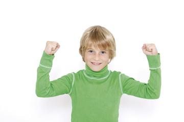 Kleiner Junge (10-11) ballte die Fäuste