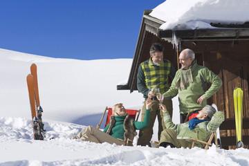 Italien,Südtirol,Seiseralm,Personen vor der Blockhütte,mit Sektgläsern