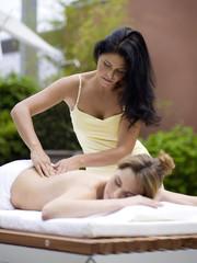 Frau Entspannung in Spa bei Massage