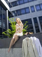 Deutschland,Baden- Württemberg,Stuttgart,Junge Geschäftsfrau,die eine Pause,trinken Kaffee,Untersicht