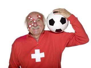 Älterer Mann mit Schweizer Flagge auf Gesicht und trägt Fußball auf Schultern gemalt
