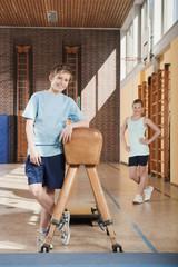Deutschland,Emmering,Junge und Mädchen (12-13) stehen im Sportunterricht