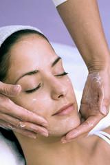 Frau empfangen Gesichtsbehandlung
